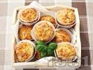 Рецепта Солени мъфини с топено сирене, кашкавал и босилек